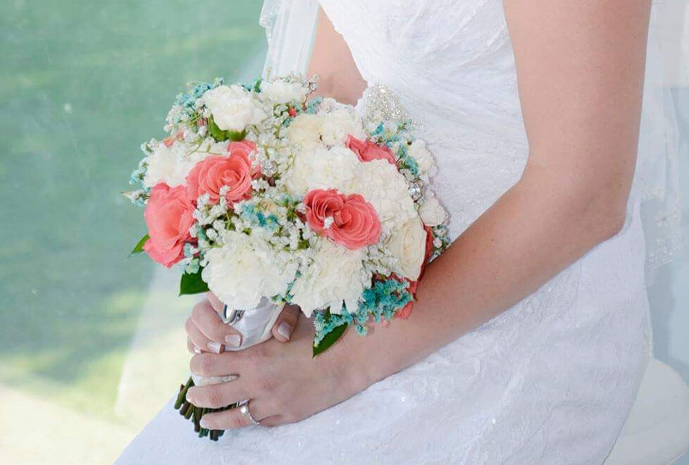 wedding-bride-with-bouquet-white-roses-lg