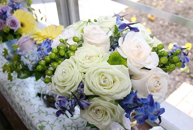 wedding-venue-centerpiece-white-roses